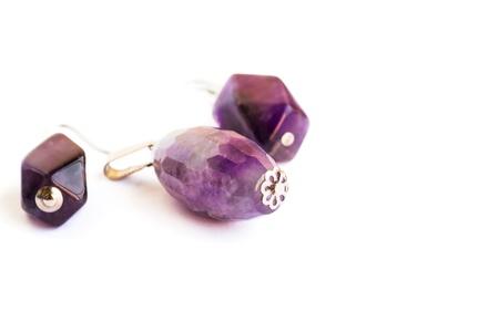 fondos violeta: Pendientes de amatista y el medallón aisladas sobre fondo blanco.