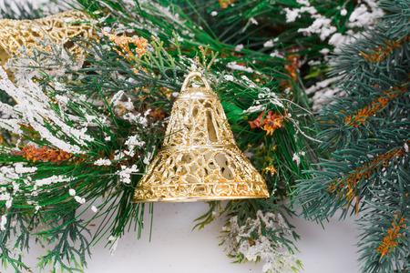campanas de navidad: Campanas y abeto de Navidad rama sobre fondo gris.