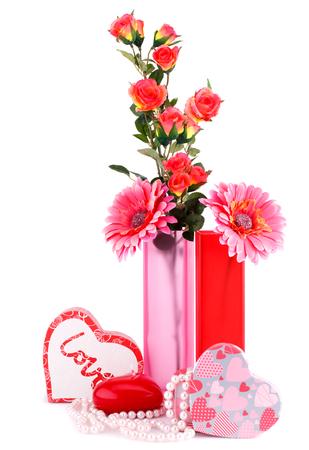 bougie coeur: Fleurs, bougie rouge de coeur, colliers, bo�tes � cadeaux isol� sur fond blanc.
