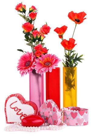 bougie coeur: Fleurs dans les vases, bougie rouge de coeur, colliers, bo�tes � cadeaux isol� sur fond blanc.