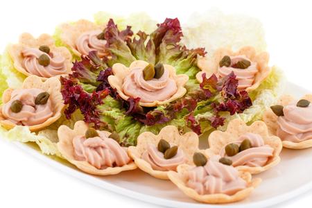 alcaparras: crema de pescado y alcaparras en pasteles, lechuga en un plato.