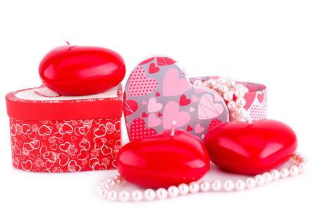 bougie coeur: bougies de coeur rouge, des colliers et des coffrets cadeaux isolé sur fond blanc.
