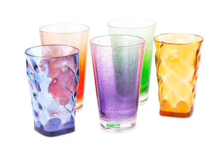 vaso de precipitado: vasos de plástico de colores aislados sobre fondo blanco.