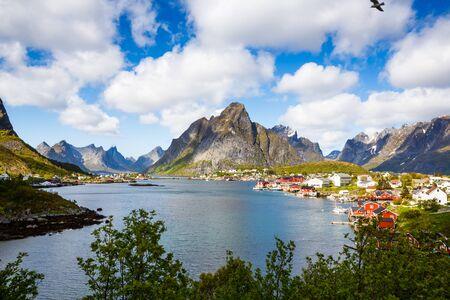 Vue de dessus du village de pêcheurs Reine avec des maisons typiques de rorbu dans les îles Lofoten, en Norvège. Banque d'images