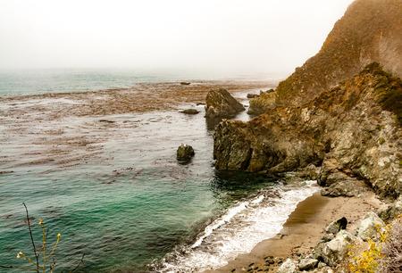 Rocky Fog Shrouded Calfornia Coastline Stockfoto