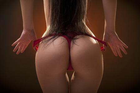 topless: Beau corps de femme dans le dos avec les cheveux longs. Studio shot. Fond noir.