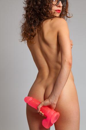 topless: femme nue sexy dans le dos tenant gode Banque d'images