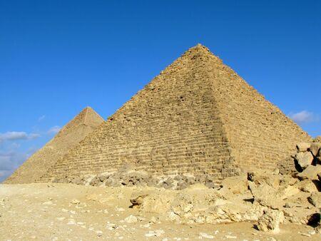 pyramide egypte: Deux pyramides de Gizeh (Egypte). Pyramide de Khafre (ou Chephren) et de la pyramide de Myk�rinos  Banque d'images