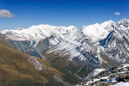 tree top view: Vue du haut de la vallée Yarlu, l'Altaï, en Russie