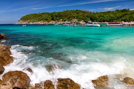 azul turqueza: Beautiful bay on the Racha island, Thailand Foto de archivo