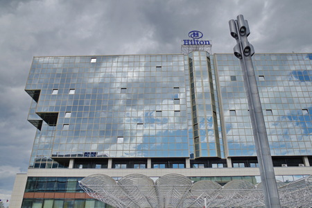 Glass facade of hotel Hilton in Prague, the biggest hotel in the Czech Republic, on the waterfront of Vltava river. There are 791 rooms and conference hall with capacity of 1500 people.. 免版税图像