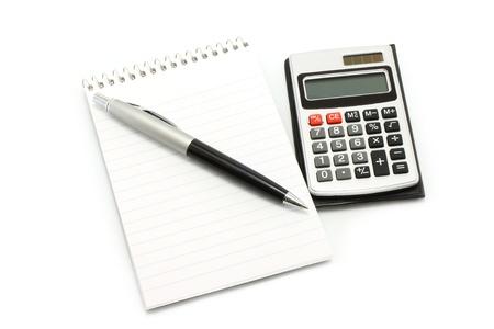 電卓: ボールペンと白い背景の上の電卓でメモ帳