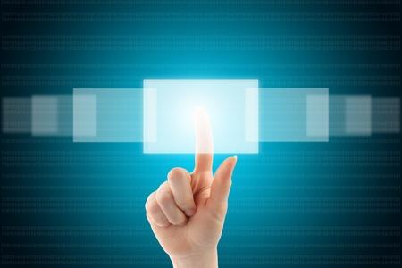 女性の手のタッチ画面のインターフェイスのボタンを押します