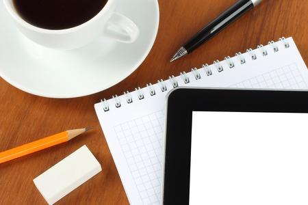pad pen: Dispositivo de pantalla t�ctil, el bloc de notas, un bol�grafo y una taza de caf� sobre fondo de madera