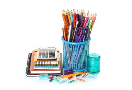 articulos oficina: Los útiles escolares de oficina en el fondo blanco