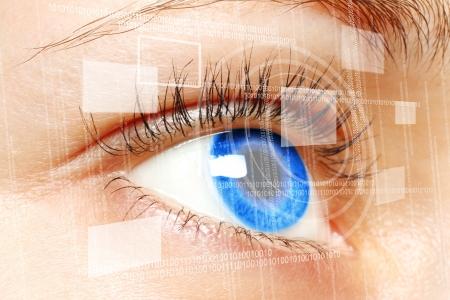 olhos azuis Mulher que olha na tela digital virtual close-up