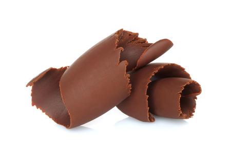 Raspas de chocolate no fundo branco
