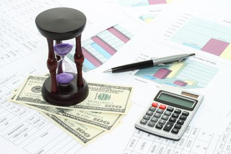 Biznesowa kompozycja wykresów, tabel, pieniędzy, zegarka z piaskiem i zbliżenia pióra Zdjęcie Seryjne