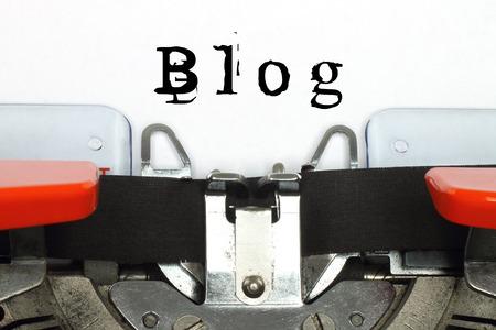 Parte da máquina de escrever com a palavra digitada blog de close-up