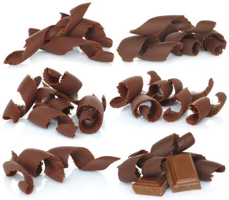 Scaglie di cioccolato impostati su sfondo bianco