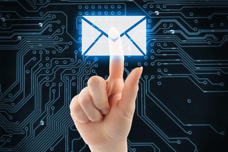 손 디지털 배경에 가상 메일 버튼을 누르면