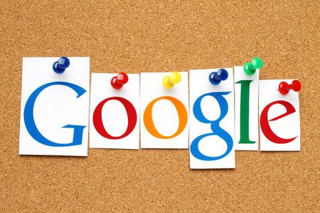 키예프, 우크라이나 - 2014 년 1 월 10 일 : Google 로고 타입이 종이에 인쇄되고 코르크 게시판에 자르고 고정됩니다 .Google은 인터넷 관련 서비스 및 제품을