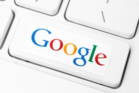 KIEV, UCRÂNIA - 10 de janeiro de 2015: O teclado com Google logotipo, impresso em papel e colocada no botão. Google é EUA empresa multinacional especializada em serviços e produtos relacionados à Internet.