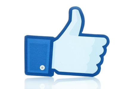 KIEV, UCRÂNIA - 10 de janeiro de 2015: os polegares Facebook levanta o sinal impresso em papel e colocou no fundo branco. Facebook é um serviço de rede social bem conhecido.