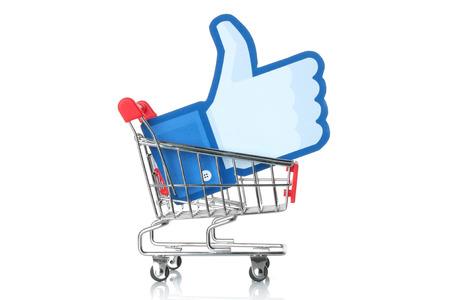 KIEV, Oekraïne - 24 januari 2015: Facebook duim omhoog teken gedrukt op papier en in het winkelwagentje geplaatst op een witte achtergrond. Facebook is een bekende social networking service. Redactioneel