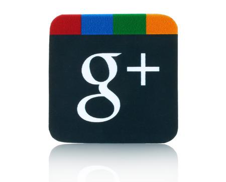 KIEV, Oekraïne - 5 februari 2015: Google plus logo gedrukt op papier en geplaatst op wit background.Google is USA multinational gespecialiseerd in internet-gerelateerde diensten en producten.