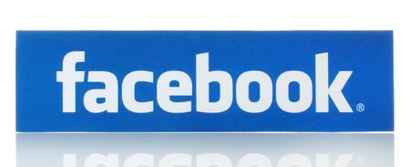 social networking service: KIEV, Ucrania - 19 de febrero 2015: logotipo de Facebook signo impreso en papel y se coloca en el fondo blanco. Facebook es una red social muy conocida. Editorial