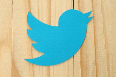 aves: KIEV, Ucrania - 19 de febrero 2015: Twitter logotipo p�jaro impreso en papel. Twitter es un servicio de redes sociales en l�nea que permite a los usuarios enviar y leer mensajes cortos.