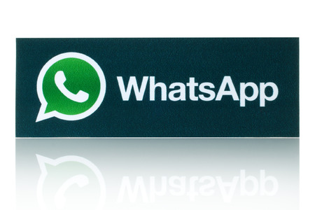 KIEV, UCRÂNIA - 19 de fevereiro de 2015: WhatsApp Messenger logotipo impresso em papel. WhatsApp Messenger é um aplicativo de mensagens instantâneas para smartphones. Editorial