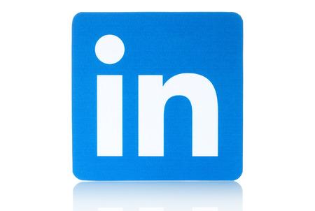 KIEV, UCRÂNIA - 19 de fevereiro de 2015: Linkedin sinal do logotipo impresso em papel e colocou no fundo branco. Linkedin é um serviço de rede social empresarial.