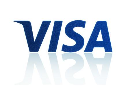 KIEV, UCRÂNIA - 21 de março de 2015: Visa logotipo impresso em papel e colocou no fundo branco. Visa é uma multinacional de serviços financeiros americanos.