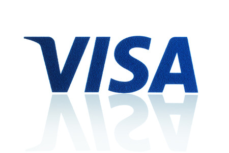 tarjeta visa: KIEV, Ucrania - 21 de marzo 2015: logotipo de Visa impreso en papel y se coloca en el fondo blanco. Visa es una multinacional corporación de servicios financieros de América.
