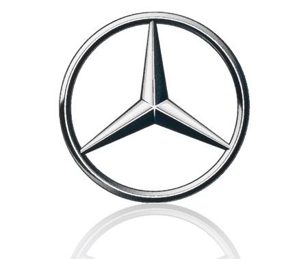 KIEV, UCRÂNIA - 21 de março de 2015: Mercedes Benz logotipo impresso em papel e colocou no fundo branco. Mercedes Benz é uma fabricante de automóveis alemão.