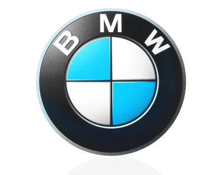 symbol sport: Kiew, Ukraine - 21. M�rz 2015: BMW Logo gedruckt auf Papier und auf wei�em Hintergrund platziert. BMW ist ein deutscher Automobilhersteller.