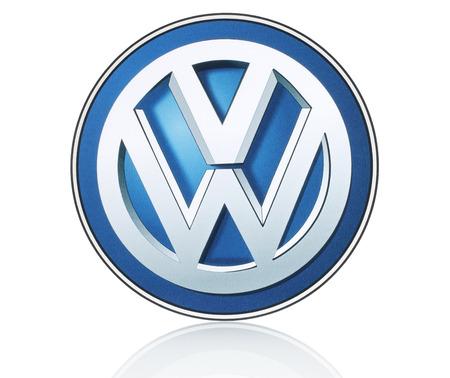 KIEV, Ucrania - 21 de marzo 2015: logotipo de Volkswagen impreso en papel y se coloca en el fondo blanco. Volkswagen es un fabricante de automóviles alemán. Foto de archivo - 39070367