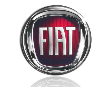 KIEV, UCRÂNIA - 21 de março de 2015: Fiat logotipo impresso em papel e colocou no fundo branco. Fiat Chrysler Automobiles é uma é uma empresa multinacional e sétimo maior fabricante de automóveis do mundo. Editorial