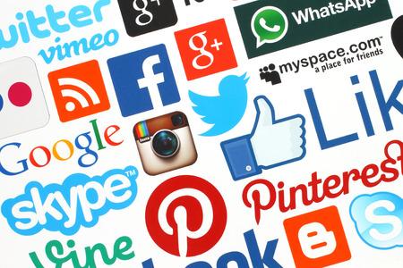 キエフ, ウクライナ - 4 月 28 日、2015:Collection の人気のソーシャル メディアのロゴ印刷用紙: Facebook、Twitter、Google プラス、Instagram、Skype、WhatsApp、Pinter 報道画像