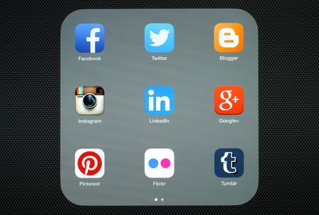 google plus: KIEV, Ucrania - 27 de abril 2015: Colecci�n de logotipos de medios sociales populares en la pantalla del iPad: Facebook, Twitter, Google Plus, Instagram, Pinterest, LinkedIn, Flickr, Tumblr y Blogger