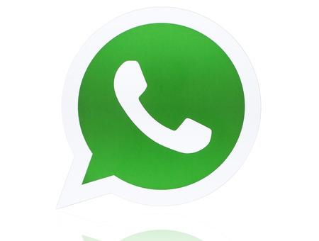 KIEV, Ucrania - 27 de abril 2015: WhatsApp Messenger logotipo impreso en papel. WhatsApp Messenger es una aplicación de mensajería instantánea para teléfonos inteligentes. Foto de archivo - 40958161