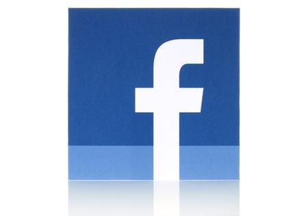 social networking service: KIEV, Ucrania - 08 de mayo 2015: logotipo de Facebook signo impreso en papel y se coloca en el fondo blanco. Facebook es una red social muy conocida Editorial