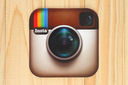 KIEV, UCRÂNIA - 30 de abril de 2015: Instagram câmera logotipo impresso em papel e colocados no fundo de madeira. Instagram é uma linha móvel photo-sharing, serviço de compartilhamento de vídeo Editorial