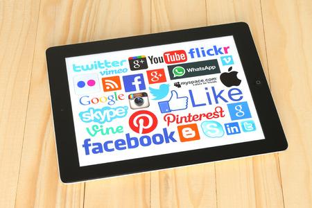KIEV, UCRÂNIA - 30 de abril de 2015: Coleção de populares logos de mídia social na tela do iPad: Facebook, Twitter, Google Plus, Instagram, Skype, WhatsApp, Pinterest, Blogger e outros