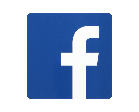 manos logo: KIEV, Ucrania - 27 de abril 2015: logotipo de Facebook signo impreso en papel y se coloca en el fondo blanco. Facebook es una red social muy conocida