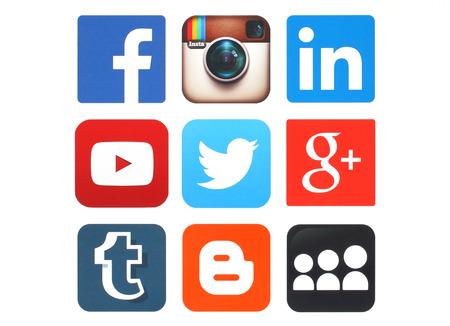 KIEV, UCRÂNIA - 12 de maio de 2015: Coleção de logotipos populares de mídia social impressos em papel: Facebook, Twitter, Google Plus, Instagram, MySpace, LinkedIn, YouTube, Blogger e Tumblr