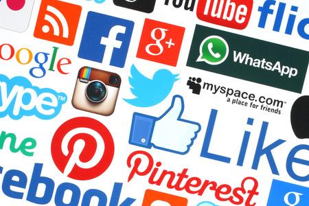 KIEV, UCRÂNIA - 18 de maio de 2015: Coleção de logotipos populares de mídia social impressos em papel: Facebook, Twitter, Google Plus, Instagram, Skype, WhatsApp, Pinterest, Blogger e outros sobre fundo branco