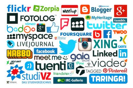KIEV, UCRÂNIA - 20 de maio de 2015: Coleção de populares logos de mídia social impressos em papel: Facebook, Twitter, Google Plus, Instagram, Pinterest, Blogger, LinedIn, MySpace e outros sobre fundo branco